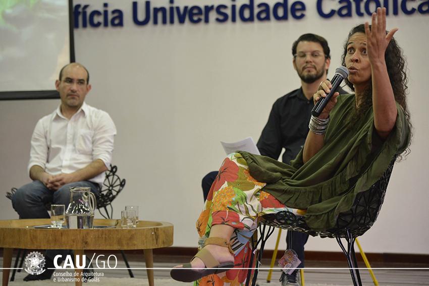 Prof. Sérgio Ângulo (branco), mediador prof. Flávio Araújo e arquiteta Luana Lousa em debate