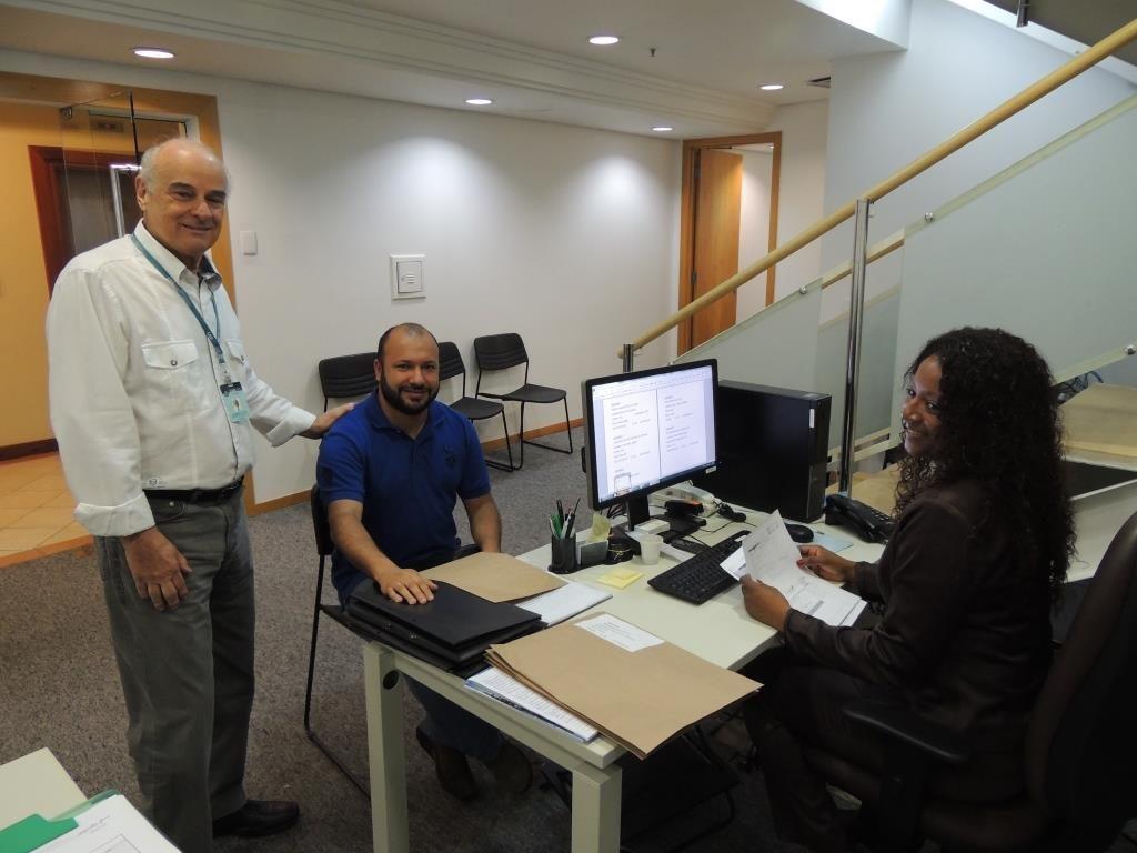 Roberto Py com os funcionários na sede do CAU/RS